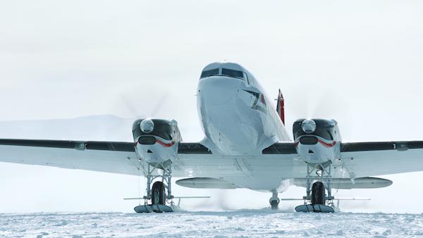 airplanes_antarctica_dc-3_taxi_4k